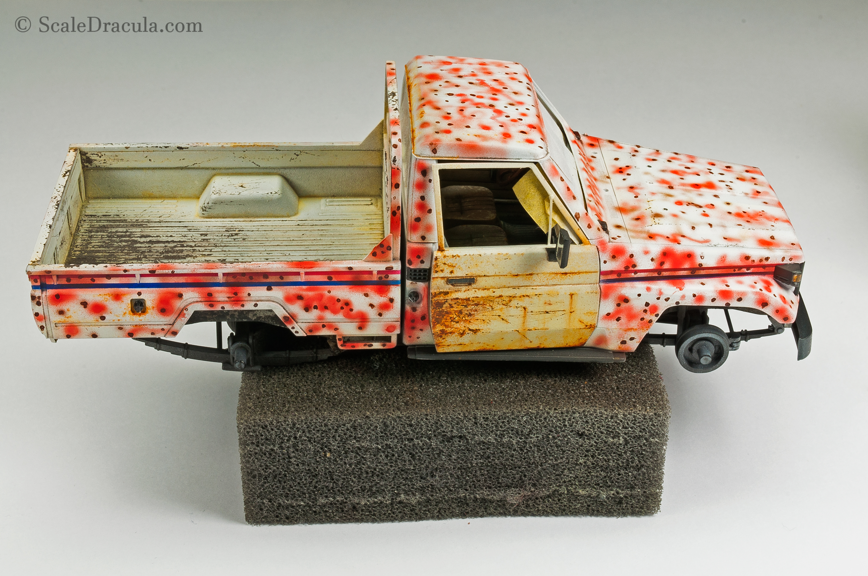 Painting the improvised camouflage with Tamiya paints, Toyota technical by Meng