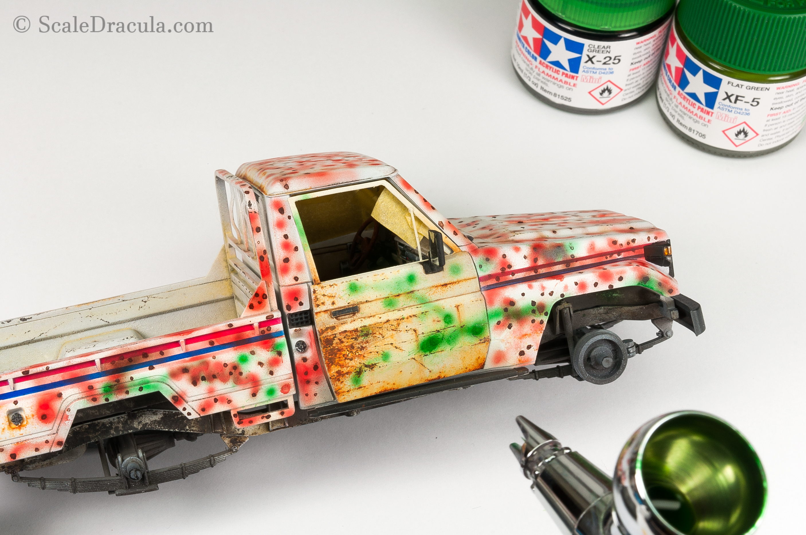 Painting the improvised camouflage with Mission Model paints, Toyota technical by Meng